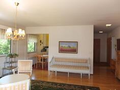 Olohuoneesta. Vasemmalla keittiö, makuuhuoneet jäävät oikealle puolelle