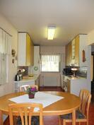 Nykyisin olohuoneen ja keittiön välissä on pidetty ruokapöytää