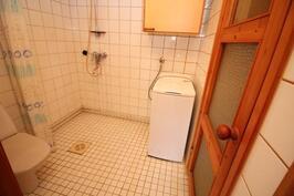 Kylpyhuoneessa myös wc
