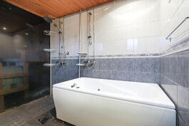 alakerrassa kylpyhuone/saunaosasto poreammeella