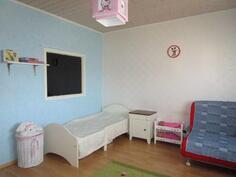Isompi makuuhuone, ikkuna pienempään makkariin