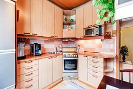erillinen, toimiva ja siistikuntoinen keittiö