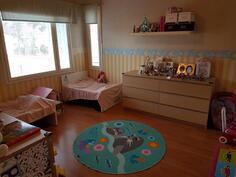 Iso makuuhuone yläkerrassa