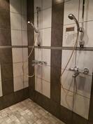 Kylpyhuoneessa suihkut kahdelle
