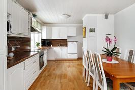 Tässä keittiössä on tilaa ja valoa!