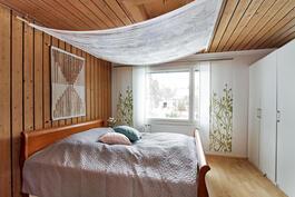 Alakerran makuuhuone on mahdollista jakaa kahdeksi.