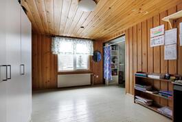 Yläkerran toisessa makuuhuoneessa on kaksi suurta alkovia.
