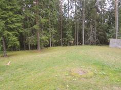 Mökin vieressä tasainen nurmikkoalue