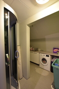 Yläkerran pesuhuone ja suihkukaappi.