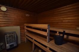 Piharakennuksen sauna.