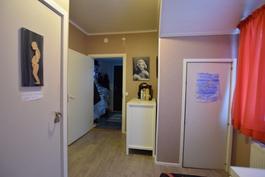 Alakerran aula, olohuoneen suunnasta kuistille.