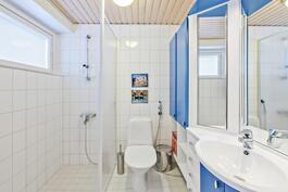 Yläkerrassa on oma kylpyhuone