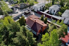 Talo  on vehreällä alueella metsän reunassa