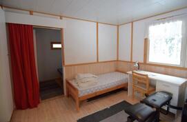 Vierashuone, takana pienempi makuusoppi.