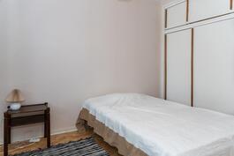 Pienen puolen makuuhuone.