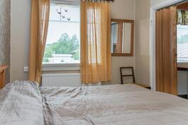 Makuuhuoneen ikkuna on etupihan puolelle.
