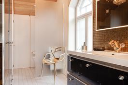Saunaosaston wc lasiseinän takana/ Bastuavdelningens wc bakom glasväggen