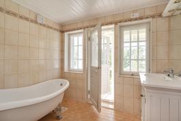 Yläkerrassa sijaitsee tämäkin kylpyhuone, josta myös kulku parvekkeelle
