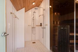 Saunaosastolle kaksi suihkua/ Två duschar på bastuavdelningen