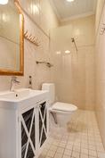 Alakerran kylpyhuone/ Nedre våningens badrum