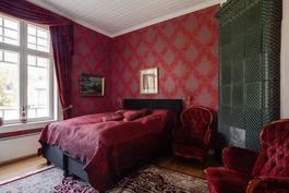 Alakerran vierashuone/ makuuhuone// Gästrummet/ ena sovrummet i nedre våningen