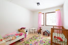 valoisa makuuhuone sopii vaikka lastenhuoneeksi