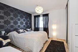 "Päämakuuhuoneen yhteydessä vaatehuone/ I samband med ""master bedroom"" finns det ett klädrum."