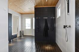 Tyylikäs ja avara pesuhuone, jossa varaus poreammeelle/ Stiligt och rymligt tvättrum.