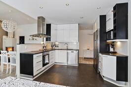 Tyylikäs musta-valkoinen keittiö/ Stiligt svart-vitt kök.