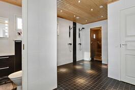 Todella tilava pesuhuone, jossa kaksi suihkua/ Verkligen rymligt tvättrum med två dusch.