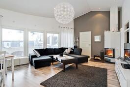 Olohuone korkeaa tilaa/ Högt till taket i vardagsrummet.