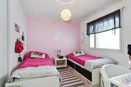Kaikissa makuuhuoneissa joko vaatkaapit tai vaatehuone/ I alla sovrum antingen klädskåp ell. -rum.