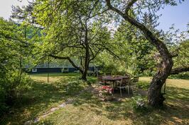 Voit nauttia oman puutarhan sadosta suojassa omenapuiden alla