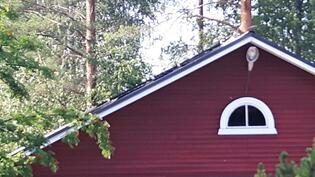 Autotallin katolle asennettu aurinkopaneelit
