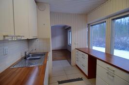 Keittiössä reilusti työpöytätilaa ja isot ikkunat