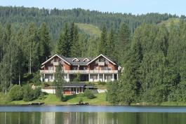 Kokonaisuus järveltä katsottuna.