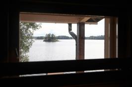 Näkymä rantasaunan ikkunasta.