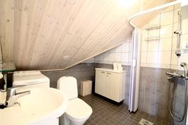 Yläkerran masterbedroomin kylpyhuone.