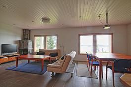 A:n alakerran huoneisto toimii myös koulutus- ja kokoustilana nykyisellä kalustuksella.