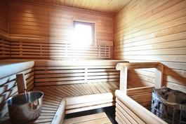 Yläkerran huoneiston sauna.