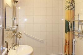 remontoitu, laatoitettu kylpyhuone