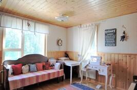 Alakerran makuuhuone, josta myös käynti kodinhoitohuoneeseen
