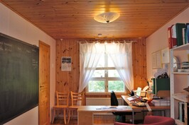 Alakerran makuuhuone, jossa vaatehuone