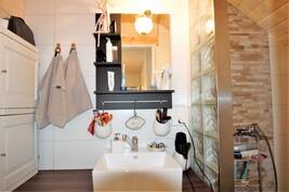 Yläkerran WC ja pikku suihku