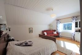 Yläkerran päämakuuhuone, josta käynti toiseen makuuhuoneeseen, joka nyt vaatehuoneena
