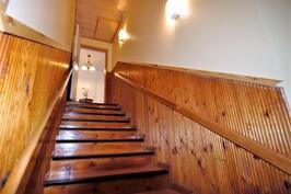 Yläkertaan vievä portaikko