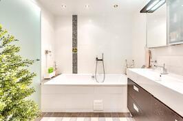 Päämakuuhuoneen yhteydessä oleva kylpyhuoneosasto