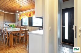 Talon toinen pääsisäänkäynti sijaitsee keittiön vieressä.