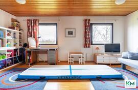 Tämä huone toimii monitoimitilana ja sen voi jakaa väliseinällä kahdeksi makuuhuoneeksi.