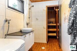 Kylpyhuone, jossa uudet kalusteet.